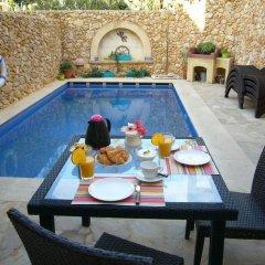 Отель Gozo Hills Bed and Breakfast бассейн