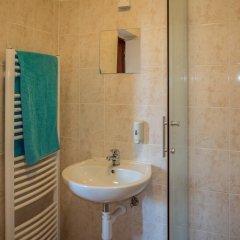 Отель Clown and Bard Hostel Чехия, Прага - отзывы, цены и фото номеров - забронировать отель Clown and Bard Hostel онлайн ванная