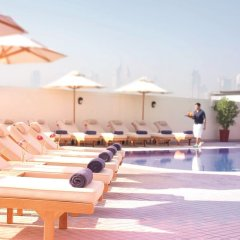 Отель Movenpick Hotel & Apartments Bur Dubai ОАЭ, Дубай - отзывы, цены и фото номеров - забронировать отель Movenpick Hotel & Apartments Bur Dubai онлайн бассейн фото 3