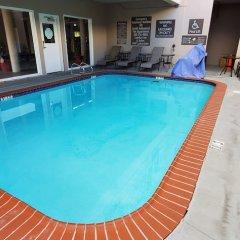 Отель Comfort Inn And Suites Near Universal Studios Лос-Анджелес бассейн фото 3