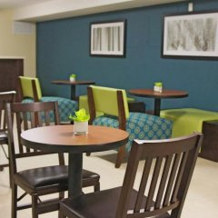 Отель La Quinta Inn & Suites Oshawa гостиничный бар