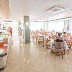 Отель azuLine Hotel S'Anfora & Fleming Испания, Сан-Антони-де-Портмань - отзывы, цены и фото номеров - забронировать отель azuLine Hotel S'Anfora & Fleming онлайн питание фото 2