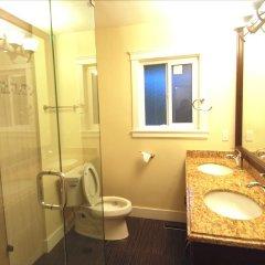 Отель LUXE Retreat at 8050 Kaymar Dr. Канада, Бурнаби - отзывы, цены и фото номеров - забронировать отель LUXE Retreat at 8050 Kaymar Dr. онлайн ванная