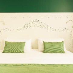 Отель The Walt Madrid сейф в номере