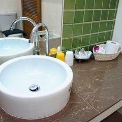 Отель Ratchadamnoen Residence Бангкок ванная