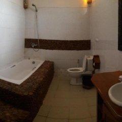 Отель Palace Nyaung Shwe Guest House Мьянма, Хехо - отзывы, цены и фото номеров - забронировать отель Palace Nyaung Shwe Guest House онлайн ванная фото 2