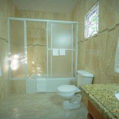 Отель Tropical Escape Villa - 3 Bedroom Ямайка, Монастырь - отзывы, цены и фото номеров - забронировать отель Tropical Escape Villa - 3 Bedroom онлайн ванная фото 2