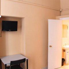 Отель Hostal Mont Thabor сейф в номере