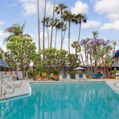 Отель Travelodge Hotel at LAX США, Лос-Анджелес - отзывы, цены и фото номеров - забронировать отель Travelodge Hotel at LAX онлайн бассейн фото 2