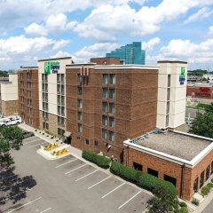 Отель Holiday Inn Express & Suites Bloomington - Mpls Arpt Area West Блумингтон парковка
