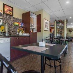 Отель Econo Lodge Montmorency Falls Канада, Буашатель - отзывы, цены и фото номеров - забронировать отель Econo Lodge Montmorency Falls онлайн питание