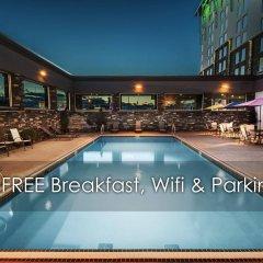 Отель Carriage House Inn Канада, Калгари - отзывы, цены и фото номеров - забронировать отель Carriage House Inn онлайн бассейн фото 3