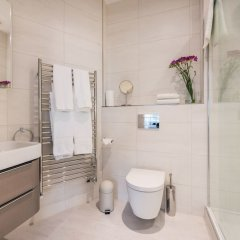 Отель Stay At Mine - Greek Street Лондон ванная