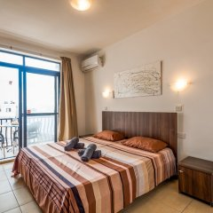 Апартаменты Seashells Self Catering Apartment Буджибба комната для гостей фото 2