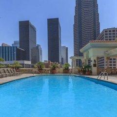 Апартаменты DTLA Apartment With Parking and Pool бассейн
