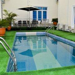 Отель Caledonian Suites бассейн