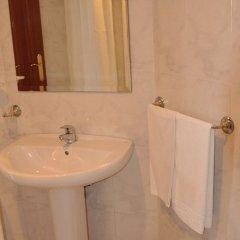 Отель Hostal Mourelos Испания, Эль-Грове - отзывы, цены и фото номеров - забронировать отель Hostal Mourelos онлайн ванная