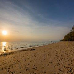 Отель Lanta Casuarina Beach Resort пляж