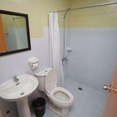 Отель Sampaguita Suites Plaza Garcia Филиппины, Лапу-Лапу - 2 отзыва об отеле, цены и фото номеров - забронировать отель Sampaguita Suites Plaza Garcia онлайн ванная