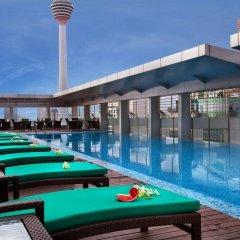 Отель PARKROYAL Serviced Suites Kuala Lumpur Малайзия, Куала-Лумпур - 1 отзыв об отеле, цены и фото номеров - забронировать отель PARKROYAL Serviced Suites Kuala Lumpur онлайн бассейн фото 3
