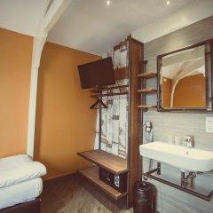Отель Tourist Inn Budget Hotel - Hostel Нидерланды, Амстердам - 1 отзыв об отеле, цены и фото номеров - забронировать отель Tourist Inn Budget Hotel - Hostel онлайн ванная фото 4