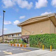 Отель Super 8 by Wyndham Los Angeles-Culver City Area парковка
