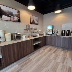 Отель Econo Lodge South Calgary Канада, Калгари - отзывы, цены и фото номеров - забронировать отель Econo Lodge South Calgary онлайн питание фото 2