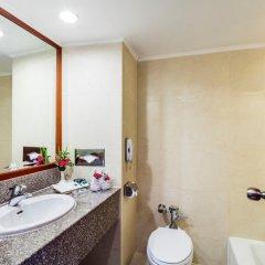 Отель Bangkok Palace Hotel Таиланд, Бангкок - 1 отзыв об отеле, цены и фото номеров - забронировать отель Bangkok Palace Hotel онлайн ванная