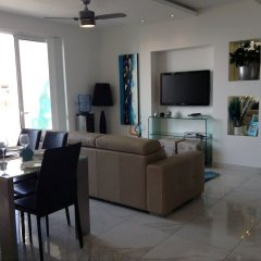 Апартаменты Luxury Seafront Apartment With Pool Каура комната для гостей фото 3