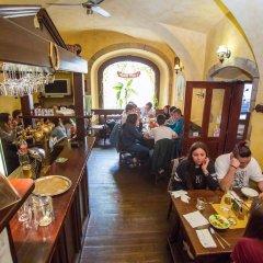 Отель U Zlate Podkovy - At The Golden Horseshoe Чехия, Прага - отзывы, цены и фото номеров - забронировать отель U Zlate Podkovy - At The Golden Horseshoe онлайн гостиничный бар
