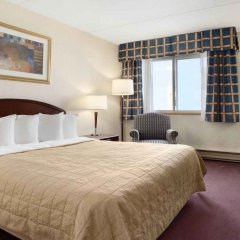 Отель Travelodge by Wyndham Ottawa East Канада, Оттава - отзывы, цены и фото номеров - забронировать отель Travelodge by Wyndham Ottawa East онлайн комната для гостей фото 3