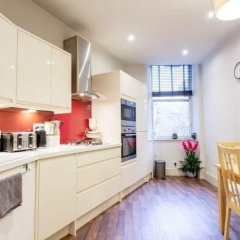 Апартаменты Vibrant Spacious Apartment In West End Глазго в номере