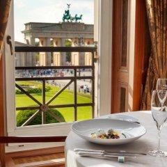Отель Adlon Kempinski Германия, Берлин - 5 отзывов об отеле, цены и фото номеров - забронировать отель Adlon Kempinski онлайн балкон