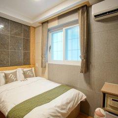 Отель D.H Sinchon Guesthouse сейф в номере
