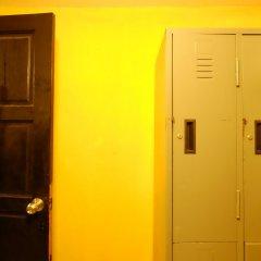 Let It Bee Econo Hostel сейф в номере