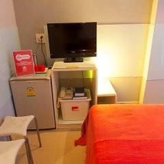 Отель ZEN Rooms Prathunam 17 удобства в номере