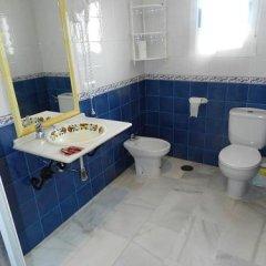 Отель Hostal El Alferez Испания, Вехер-де-ла-Фронтера - отзывы, цены и фото номеров - забронировать отель Hostal El Alferez онлайн ванная фото 2