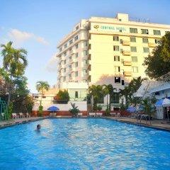 Central Hotel бассейн