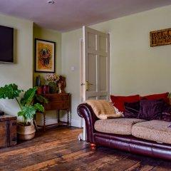 Отель Stylish 1 Bedroom Flat With A Beautiful Garden Лондон комната для гостей