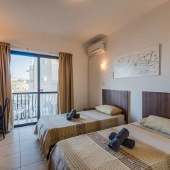 Апартаменты Seashells Self Catering Apartment Буджибба комната для гостей фото 3
