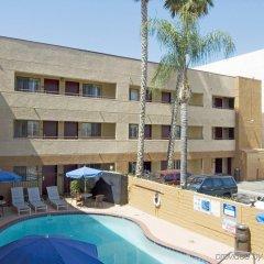 Отель Travelodge Chatsworth США, Лос-Анджелес - отзывы, цены и фото номеров - забронировать отель Travelodge Chatsworth онлайн бассейн