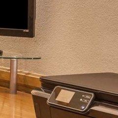 Отель Super 8 by Wyndham Lindsay Olive Tree сейф в номере