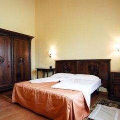 Отель Agriturismo Tenuta Regina Прамаджоре сейф в номере