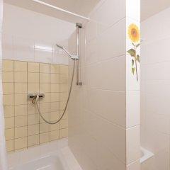 Отель Hardrock Motown Dom Hostel Германия, Кёльн - отзывы, цены и фото номеров - забронировать отель Hardrock Motown Dom Hostel онлайн ванная