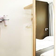 Отель Slottsskogens Vandrarhem & Hotell сейф в номере