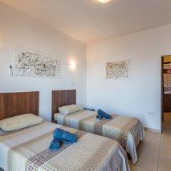 Апартаменты Seashells Self Catering Apartment Буджибба комната для гостей фото 4