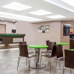 Отель Super 8 by Wyndham Saskatoon Near Saskatoon Airport гостиничный бар
