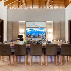 Отель Sailrock Resort- Island Hop Flight Included гостиничный бар