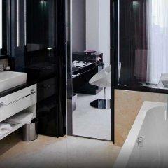 Дизайн-отель 11 Mirrors Киев сейф в номере