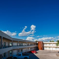 American Inn Hotel & Suites Delicias парковка
